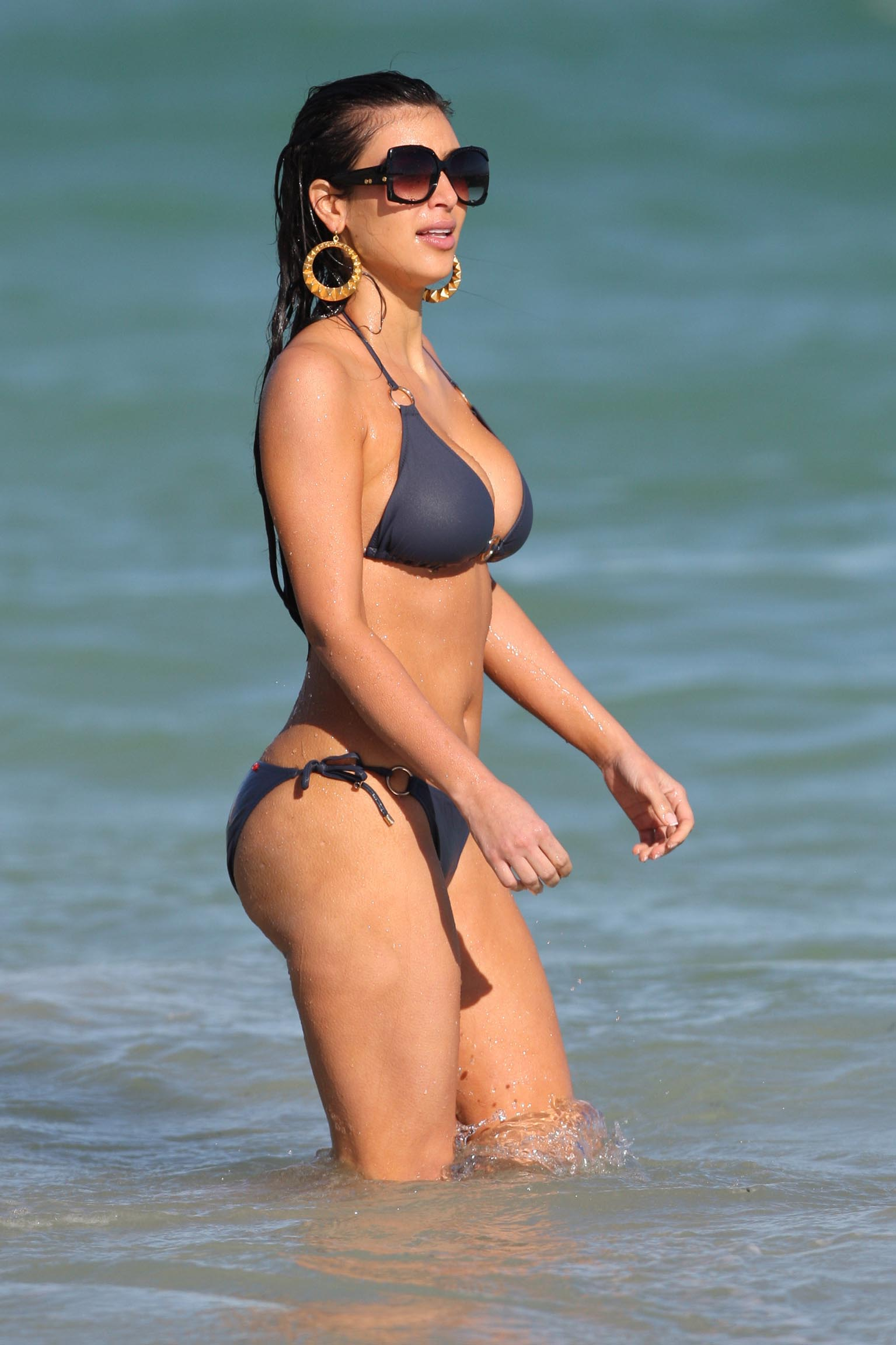 Exclusive - Kim Kardashian Spends the Day at the Beach
